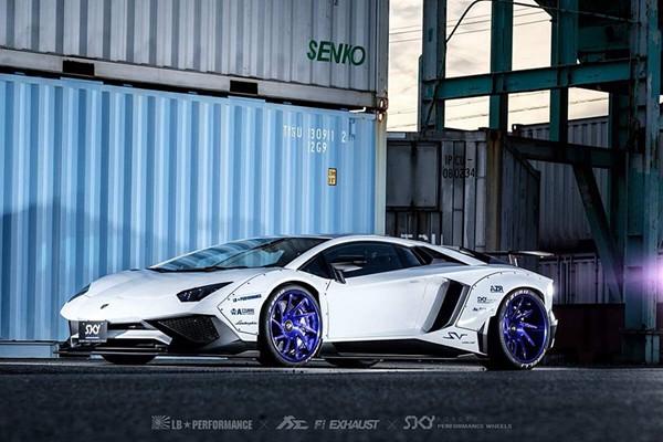 Liberty_Walk_Lamborghini_Aventador_SV_03