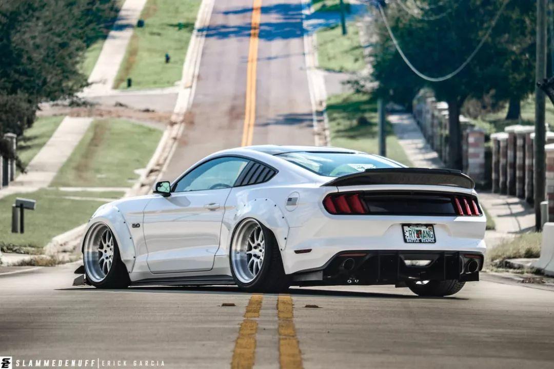无V8不野马,这辆Mustang改装宽体后更迷人了